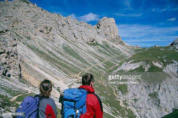 people hiking in mountains - heidi coppock beard stockfoto's en -beelden