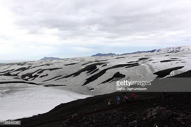 people hiking on mountain - fimmvorduhals volcano stockfoto's en -beelden
