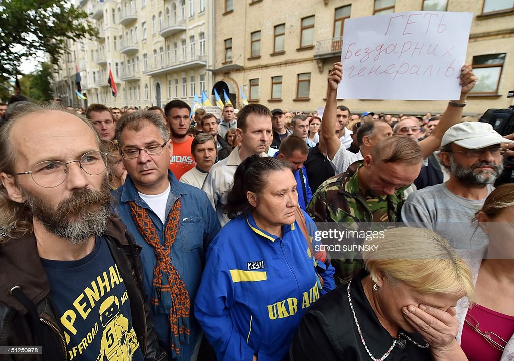 People hold a placard 'Down with incompetent generals!' during rally in front of Ukrainian President Petro Poroshenko's office in Kiev on August 27, 2014. Protesters demand help to the volunteer battalions of Donbass, Mirotvorets, Kherson and Dnipro-1 surrounded by pro-Russian militants for the fifth day in the small city of Izvaryne, suburb of the eastern Ukrainian city of Donetsk.