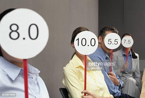 people holding scorecards - scoring stock-fotos und bilder