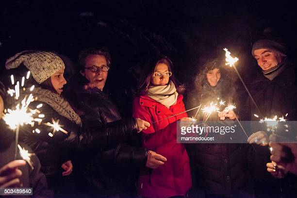 """bengala fuego gente que sujeta la resplandeciente piscina al aire libre en noche de invierno. - """"martine doucet"""" or martinedoucet fotografías e imágenes de stock"""