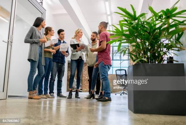 Personnes à une réunion d'affaires dans un bureau de création