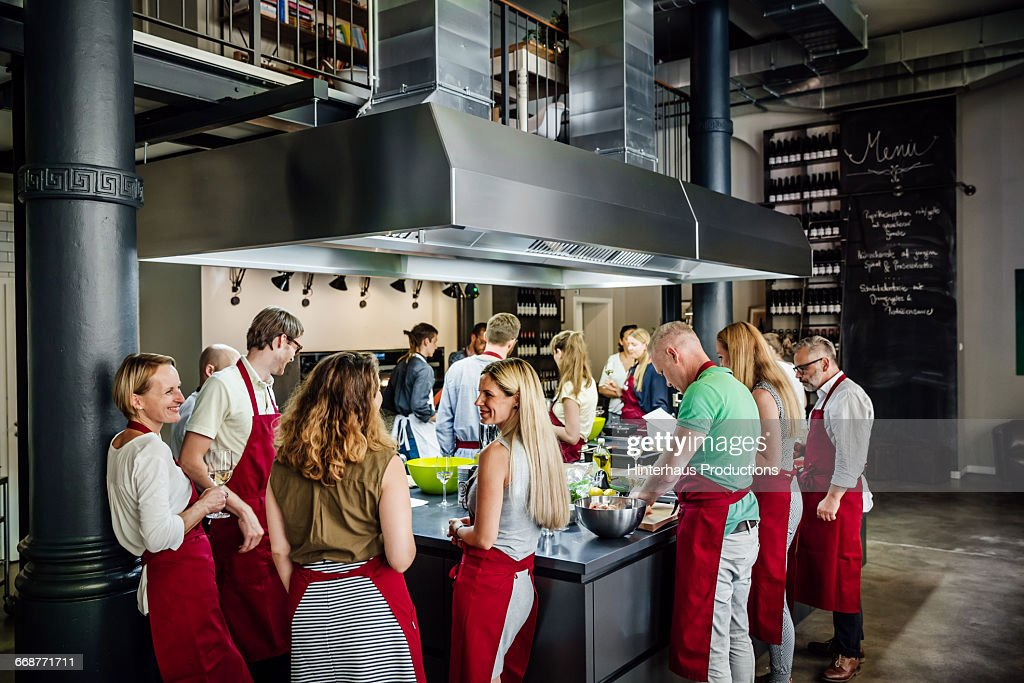 People in a cooking class enjoying their time : Stock-Foto
