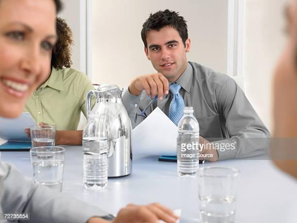 Personen in einem Meetingraum