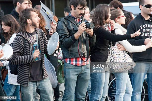Gente en la calle protesta en Barcelona, España.