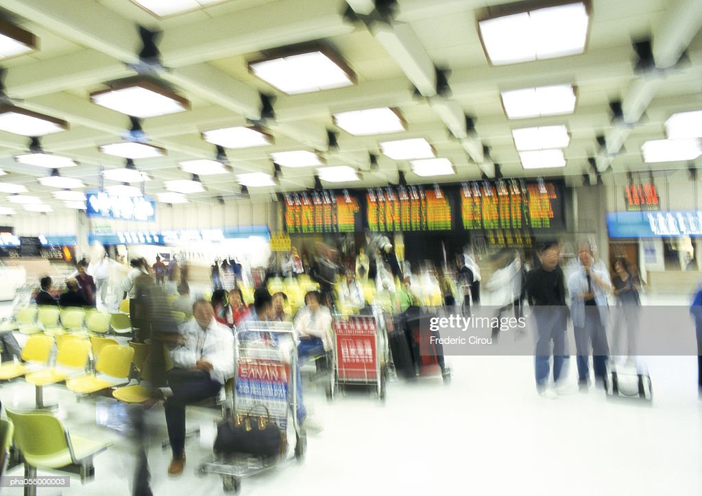 People in airport terminal, blurred : Stockfoto