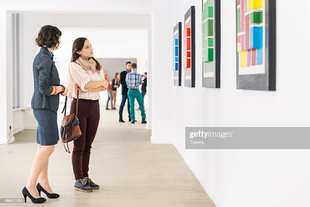 Menschen In der Kunst-Galerie, die In Kunstwerke : Stock-Foto