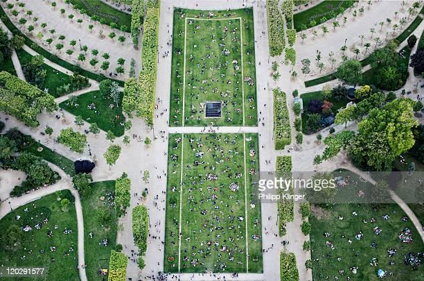 people in champs de mars park - vue aérienne photos et images de collection
