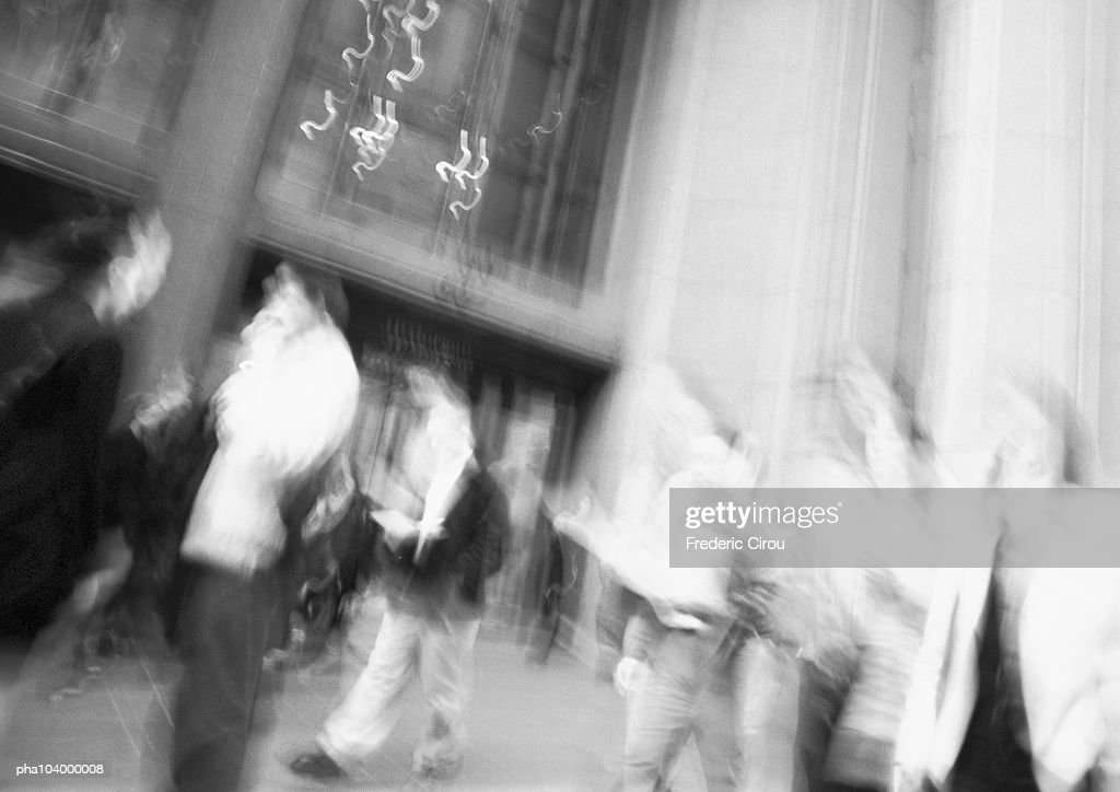 People in city sidewalk, blurred, b&w : Stockfoto