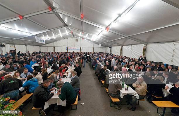 Menschen im Festzelt im Aelplerfest, Lenk der Schweiz