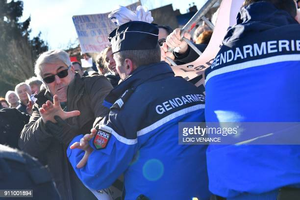People in favour of the transfer of the NantesAtlantique airport to NotreDamedesLandes clash with French gendarmerie on January 27 2018 in...