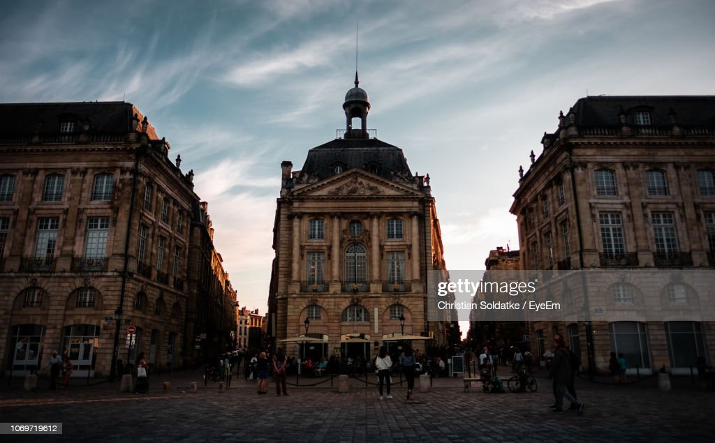 People In Front Of Building During Sunset : Stock-Foto