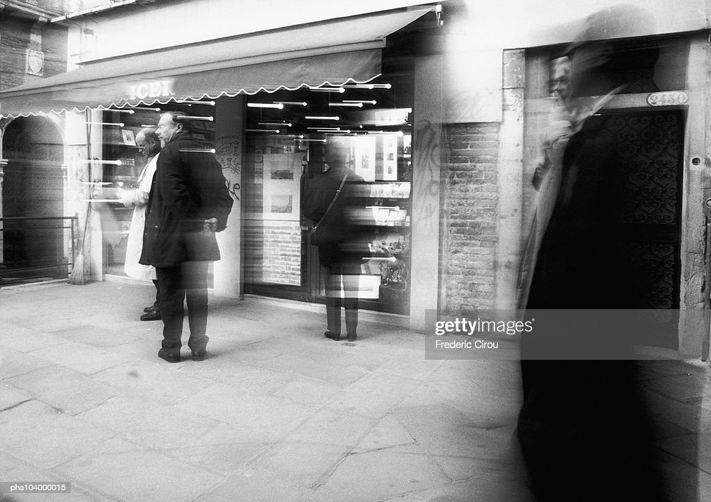 People in front of shop, blurred, b&w : Stockfoto