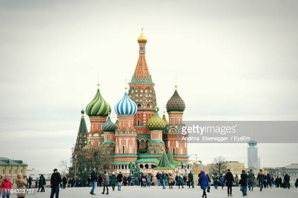 people in front of st basil cathedral - moscou photos et images de collection