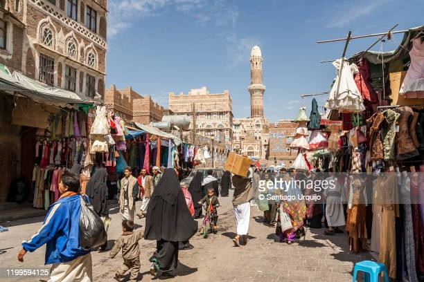 people in market in old town sanaa - sanaa photos et images de collection