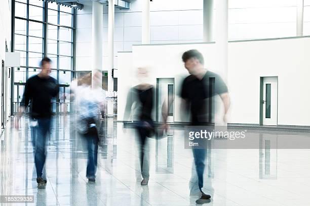 Pessoas em movimento interior