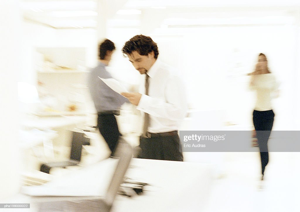 People in office, blurred. : Stockfoto