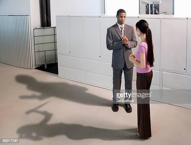 menschen im büro mit vermeiden schatten - mord stock-fotos und bilder