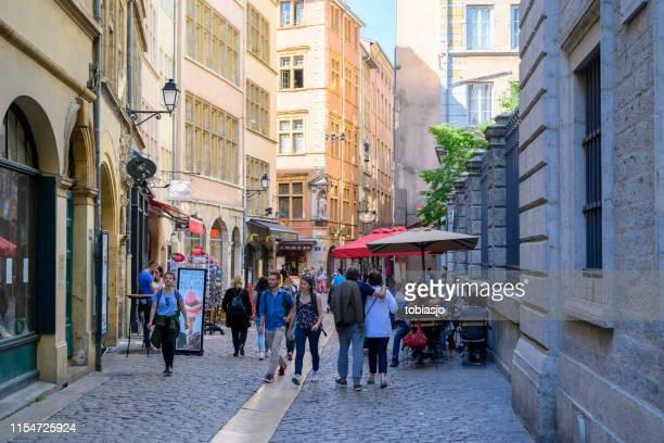 personnes dans la vieille ville lyon france - centre ville photos et images de collection