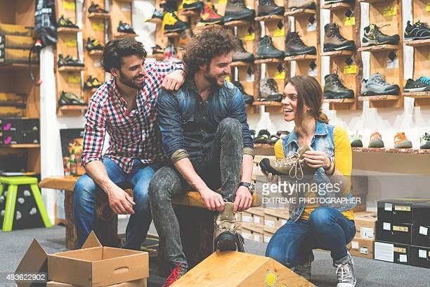 Gens en magasin de chaussures outdoor