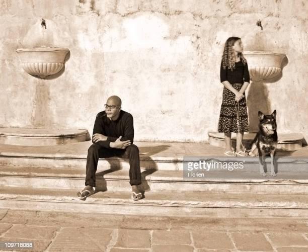 persone in piazza (comunicazioni - soltanto un animale foto e immagini stock