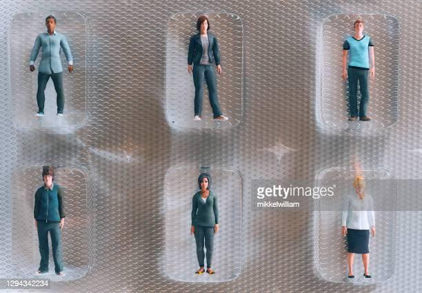 människor i karantän och isolerade från varandra i små plastbubblor - vangen bildbanksfoton och bilder