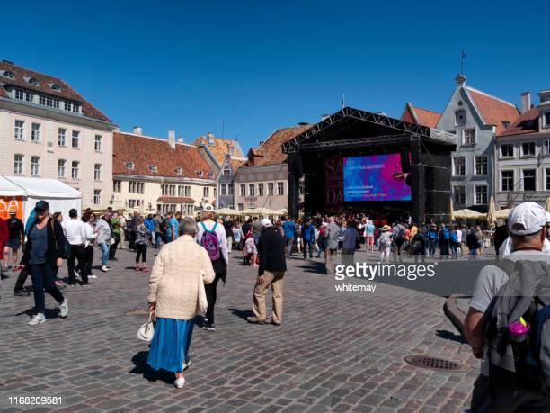 personnes à raekoja plats (town hall square) à tallinn, capitale de l'estonie - scène urbaine photos et images de collection
