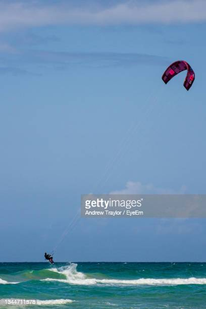 people in sea kite surfing against sky - individual event stock pictures, royalty-free photos & images
