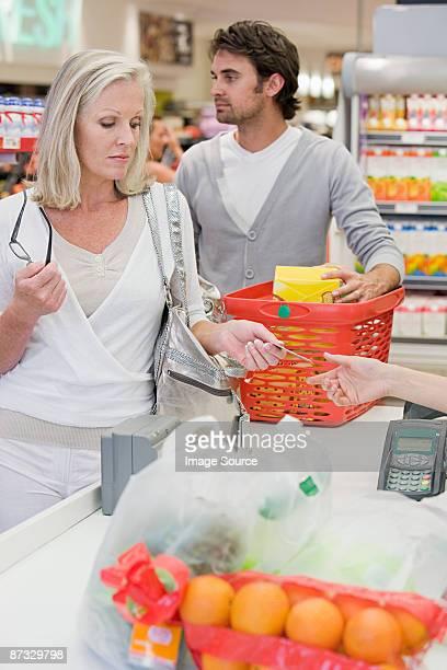 Menschen im Supermarkt