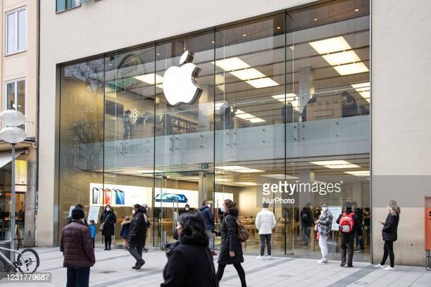 People in the Apple Store. Many people use the occasion on March 16 2021 to shop in Munich downtown. As the incidence is over 50 and is rising, one...