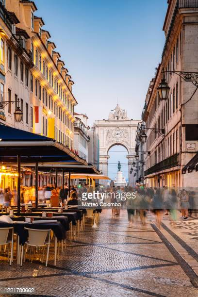 people in the city center of lisbon at night, portugal - mensch im hintergrund stock-fotos und bilder