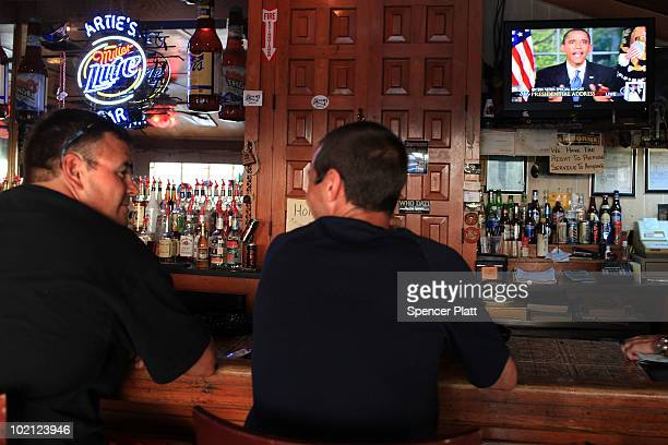 People in the oil stricken community of Grand Isle watch from a bar as US President Barack Obama discusses the oil spill in the Gulf of Mexico in a...