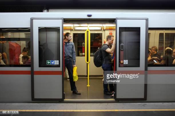menschen in der subwy in wien - umkehrer stock-fotos und bilder