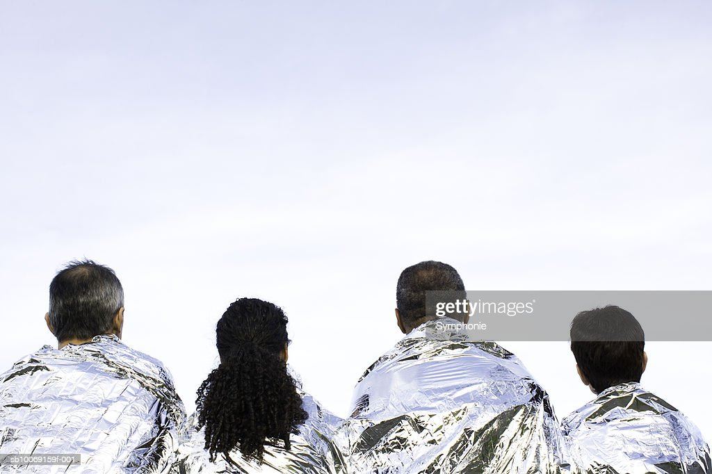 People in thermal blanket, rear view : Stockfoto