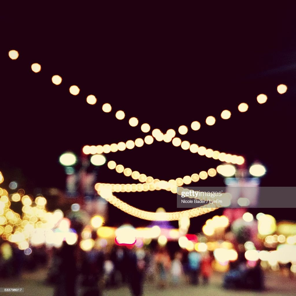 People In Town Square At Night : Foto stock