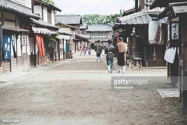 人の伝統的な衣装の江戸の町、京都,日本 - edo period ストックフォトと画像