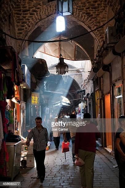 人々のアレッポ旧市街のシリア - アレッポ市 ストックフォトと画像