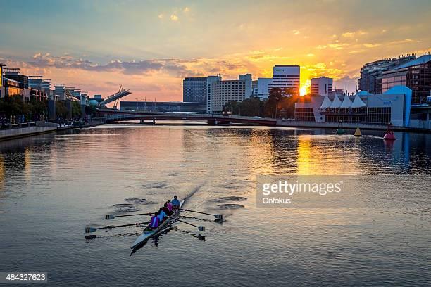 人々のカヤック夕暮れ時には、メルボルン,オーストラリア - ヤラ川 ストックフォトと画像