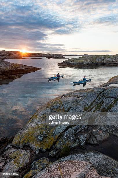 people kayaking, fjallbacka, bohuslan, sweden - arquipélago - fotografias e filmes do acervo