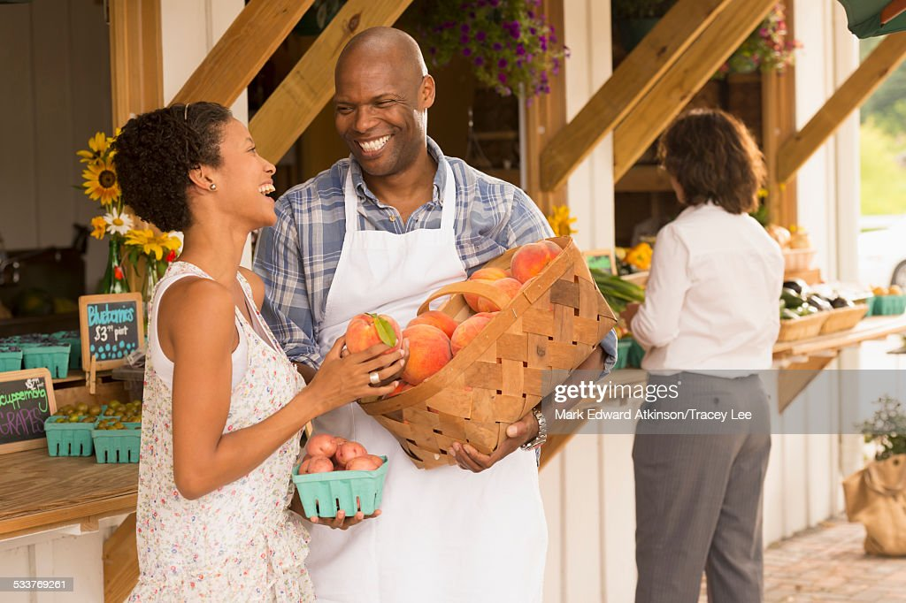 People laughing at farmers market : Foto stock