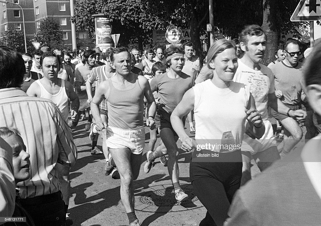 people, leisure sports, health, fitness, fun run 1974 in Bottrop, young woman and men on footrace, aged 25 to 50 years, D-Bottrop, Ruhr area, North Rhine-Westphalia - 12.05.1974 : News Photo