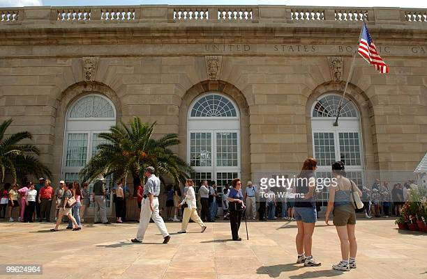 People line up outside US Botanical Gardens to see the Titan Arum found in the rain forests of Indonesia which is in bloom