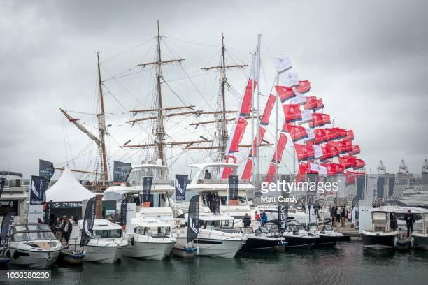 60 Hochwertige Boat Show Bilder Und Fotos Getty Images