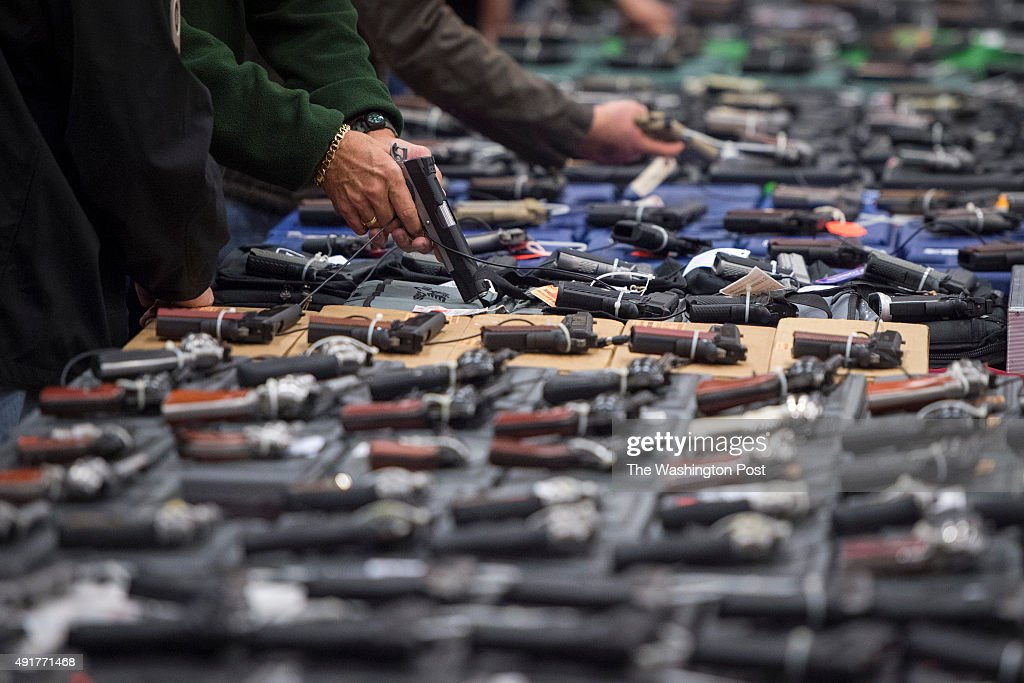 The Nation's Gun Show comes back to the Dulles Expo Center with the first major gun show in the area since the Oregon shooting. This show bring thousands of customers and hundreds of dealers to town. : Photo d'actualité