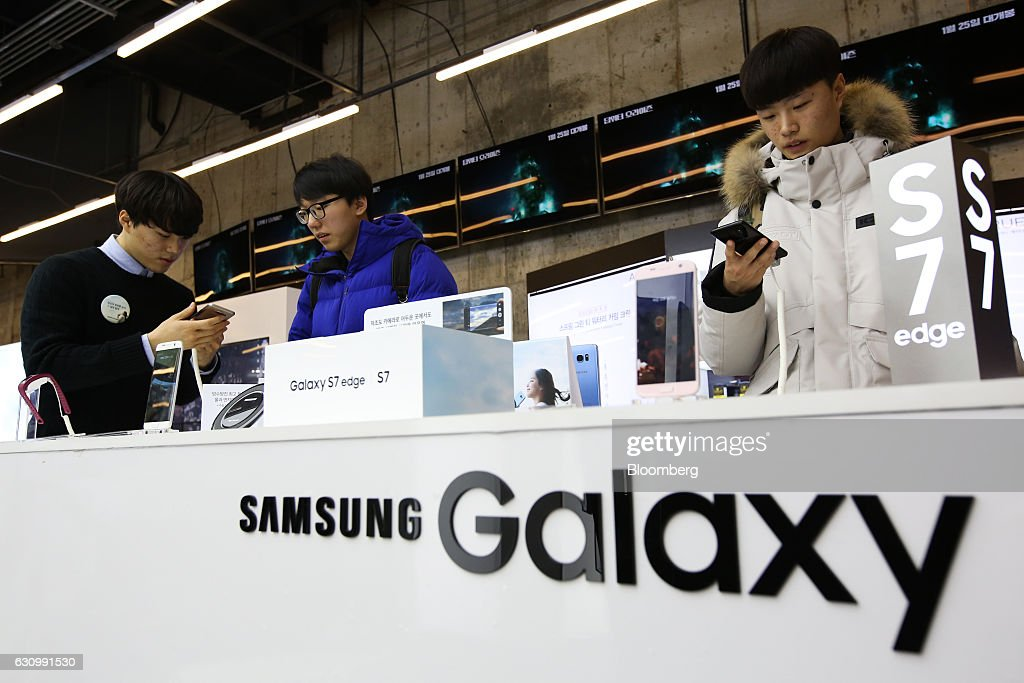 Inside Samsung Electronics Stores Ahead Of 4Q Results : News Photo