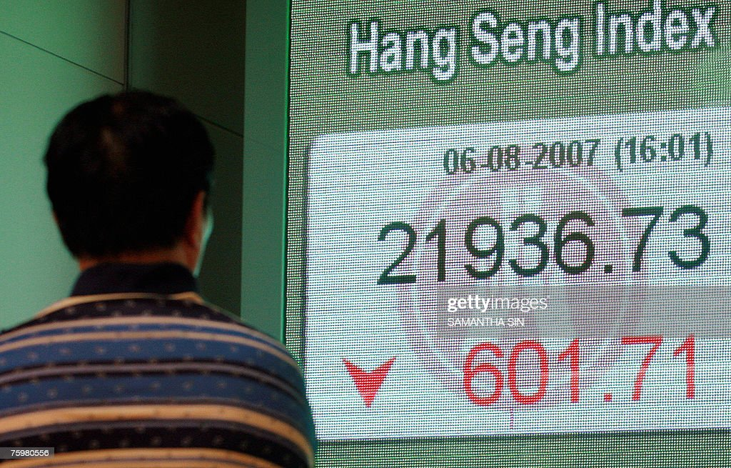 People look at the Hang Seng Index, show : Nachrichtenfoto