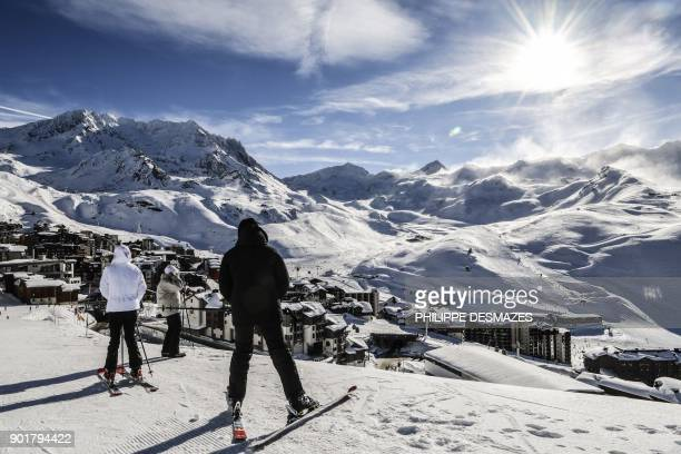 People look at the view from a slope at Val Thorens ski resort in the French Alps on January 6 2018 / AFP PHOTO / PHILIPPE DESMAZES