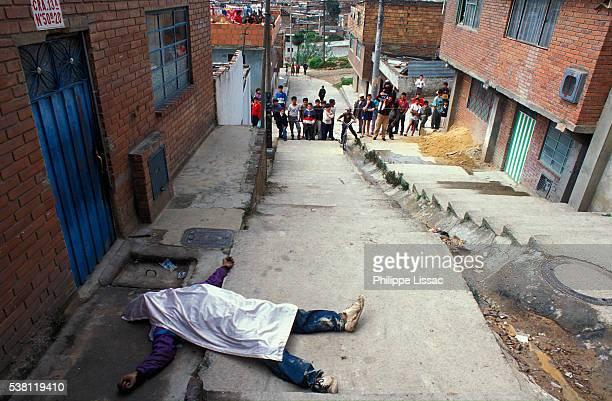 people looking at dead body in street - dead body - fotografias e filmes do acervo
