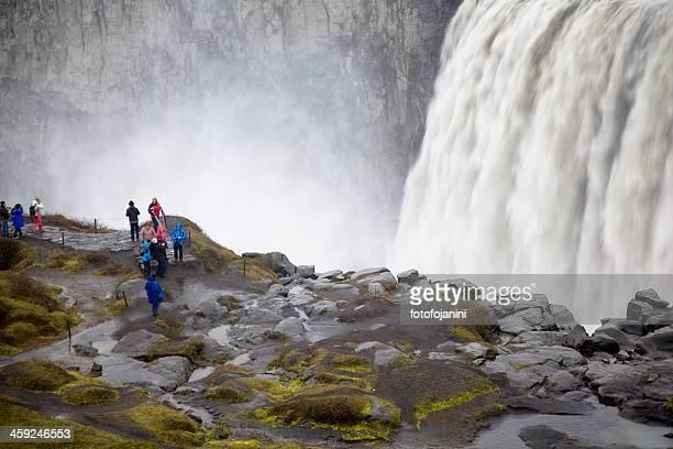 人々は dettifoss 、アイスランドの滝 - fotofojanini ストックフォトと画像