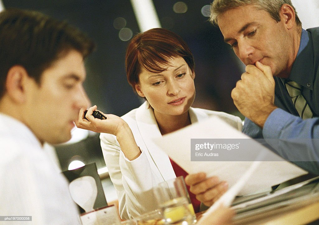 People looking at documents : Stockfoto
